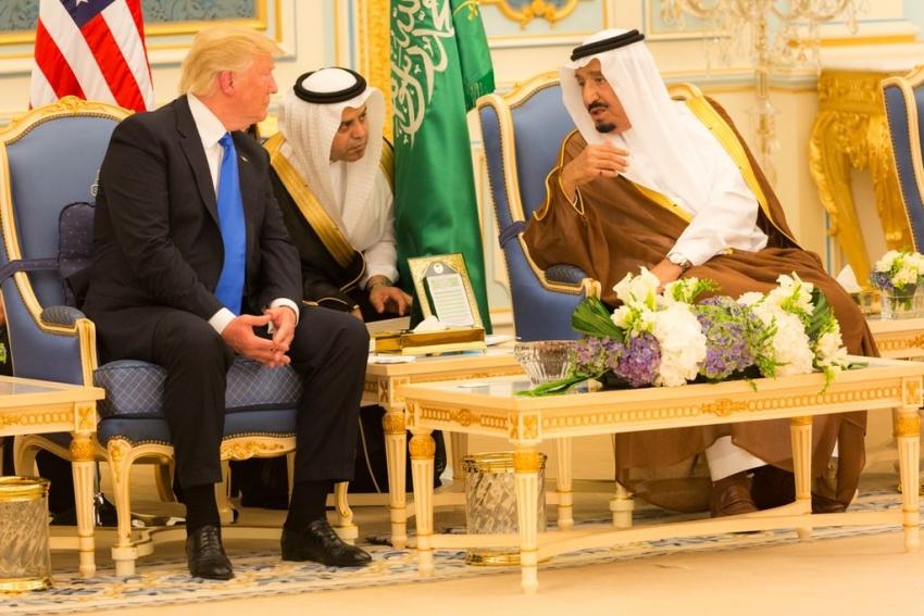 Trump advierte al rey saudita que podría no durar ni dos semanas sin EEUU.